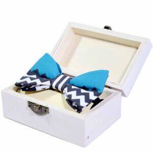 kinderfliege-schleife-jungen-blau-weiß-in-geschenkbox-sendoro-shop-lollipop-box-geschenk