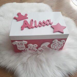 erinnerungstruhe-mit-namen-und-geburtsdaten-handmade-sendoro-shop-pink-mädchen-baby-geburtsgeschenk