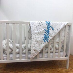 babydecke-mit-namen-sendoro-shop-geschenk-weiß-grau-Sterne