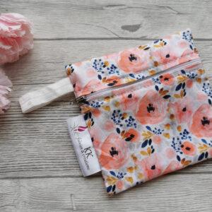 wetbag-nasstasche-sendoro-shop-stoffbinden-blumen-rosa-weiß