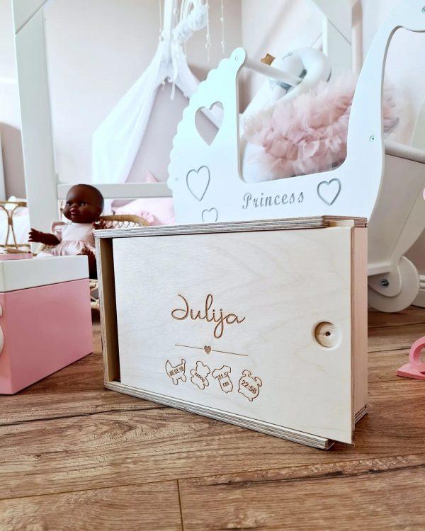 personalisierte erinnerungstruhe schlicht holz sendoro shop traumhaft baby erinnerungskiste box baby geschenk geburt taufe geburtstag
